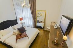 Chambre à coucher lumineuse de luxe avec HD TV Photo libre de droits