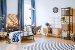 Chambre à coucher lumineuse pour le garçon Photographie stock libre de droits