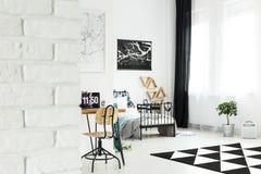 Chambre à coucher lumineuse spacieuse avec l'espace de travail Photo stock