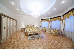 Chambre à coucher luxueuse avec le beau double lit, garde-robe image stock