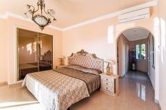 Chambre à coucher luxueuse avec un grand lit et un cabinet, avec du marbre la Floride images stock