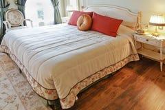 Chambre à coucher luxueuse de conception intérieure de vue d'hublot Images stock
