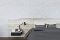 Chambre à coucher minimalistic blanche, lampe Photos libres de droits