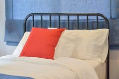 Chambre à coucher moderne avec des oreillers et des abat-jour romains bleus Images stock