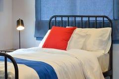 Chambre à coucher moderne avec des oreillers et des abat-jour romains bleus Photo libre de droits