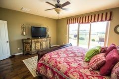 Chambre à coucher moderne avec la porte coulissante à l'extérieur photos libres de droits