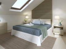 Chambre à coucher moderne avec le grand lit avec la couverture de turquoise Image stock