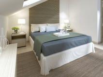 Chambre à coucher moderne avec le grand lit avec la couverture de turquoise Photo stock