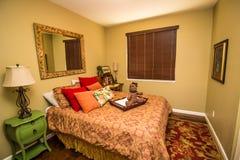 Chambre à coucher moderne avec le lit et le miroir images stock