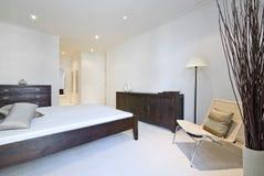 Chambre à coucher moderne avec les meubles en bois photo stock