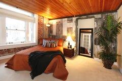 Chambre à coucher moderne avec un mur en béton cassé image libre de droits