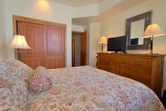 Chambre à coucher moderne confortable Photographie stock libre de droits