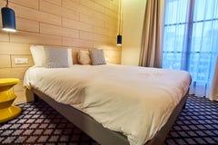 Chambre à coucher moderne confortable d'hôtel pour deux photo stock