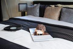 Chambre à coucher moderne décorative avec le disque de livre, de crochet et de phonographe images stock
