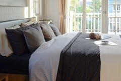 Chambre à coucher moderne décorative avec le disque de livre, de crochet et de phonographe Photo stock