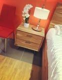 Chambre à coucher moderne dans des tons oranges Photos libres de droits
