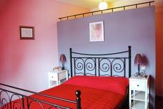 Chambre à coucher moderne dans la teinte rose photographie stock