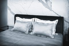 Chambre à coucher moderne de luxe de style dans les tons gris et bleus, intérieur d'une chambre à coucher d'hôtel image libre de droits
