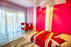 Chambre coucher blanche avec le mur rouge photo stock image 31249220 - Chambre blanche et rouge ...