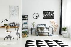 Chambre à coucher monochromatique du ` s de garçon avec l'espace de travail Photos libres de droits