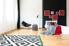 Chambre à coucher multifonctionnelle conçue photographie stock libre de droits