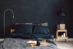 Chambre à coucher noire dans le style de grenier Images stock