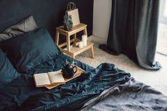 Chambre à coucher noire dans le style de grenier Photos libres de droits