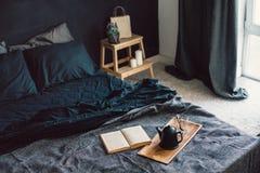Chambre à coucher noire dans le style de grenier Photographie stock