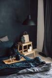 Chambre à coucher noire dans le style de grenier Photos stock