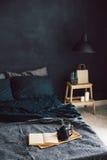 Chambre à coucher noire dans le style de grenier Image stock