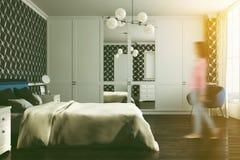 Chambre à coucher noire de modèle, fauteuil, vue de côté modifiée la tonalité Image libre de droits