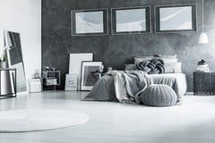 Chambre à coucher noire et blanche reposante Photographie stock