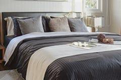 Chambre à coucher noire moderne de ton décorative avec le disque de livre, de crochet et de phonographe sur le lit photographie stock