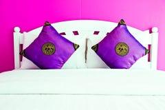 Chambre à coucher pourprée dans une maison moderne Photo stock