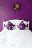 Chambre à coucher pourprée dans une maison moderne Image libre de droits