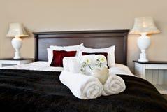 Chambre à coucher prête pour des invités photos stock