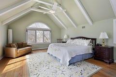 Chambre à coucher principale avec des faisceaux de plafond image stock