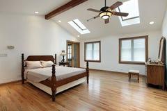 Chambre à coucher principale avec des lucarnes image libre de droits