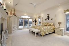 Chambre à coucher principale avec la cheminée blanche image libre de droits