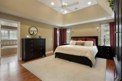 Chambre à coucher principale avec la vue de bain photographie stock