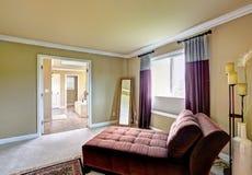 Chambre à coucher principale avec la zone de séance Photographie stock libre de droits