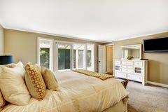 Chambre à coucher principale avec le double lit et le coffret blanc de vanité images stock