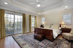 Chambre à coucher principale avec le plafond de plateau photo libre de droits