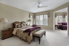 Chambre à coucher principale avec le salon adjacent photo libre de droits