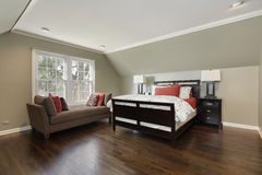 Chambre à coucher principale avec le sofa brun photographie stock