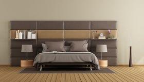 Chambre à coucher principale brune principale élégante images libres de droits