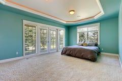 Chambre à coucher principale dans la couleur de turquoise photographie stock libre de droits