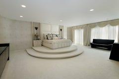 Chambre à coucher principale dans la maison de luxe Photo stock