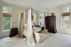 Chambre à coucher principale dans la maison de luxe photographie stock libre de droits