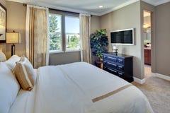 Chambre à coucher principale de maison modèle Photographie stock libre de droits